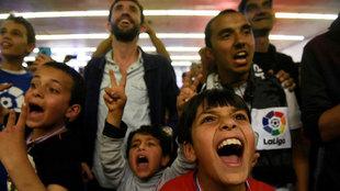 Refugiados disfrutando del Clásico en Tesalónica