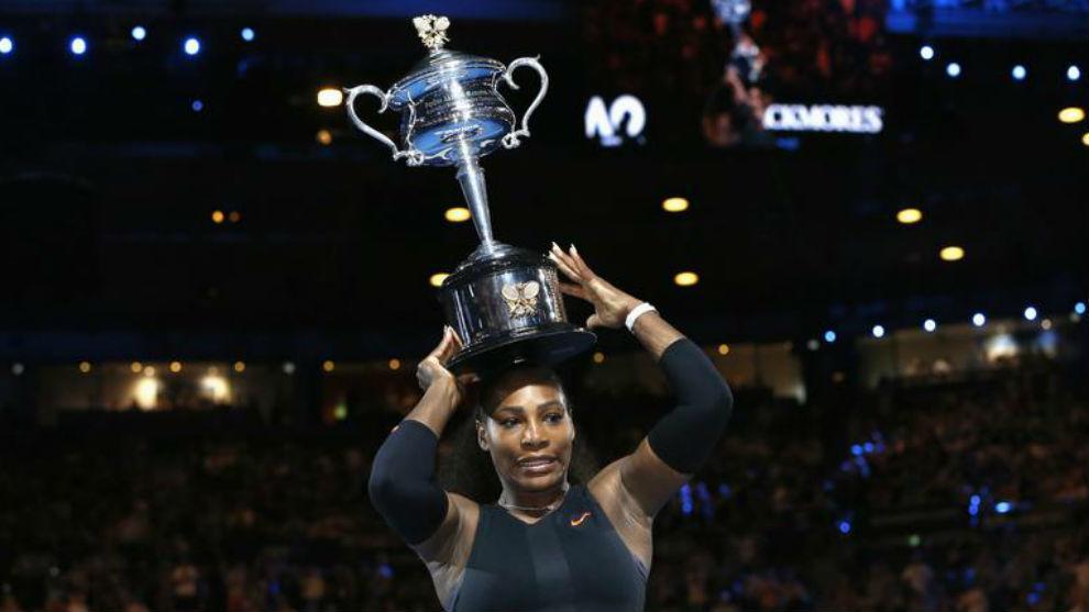 Serena Williams muestra el trofeo de ganadora del Abierto de...
