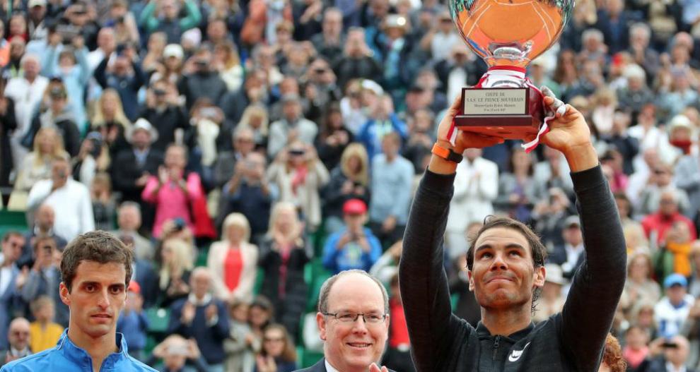 Nadal alza el trofeo de Montecarlo ante Albert Ramos y el Príncipe...