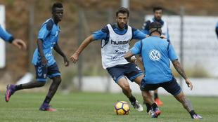 Aitor Sanz y Vitolo, de espaldas y con máscara, en un entrenamiento...