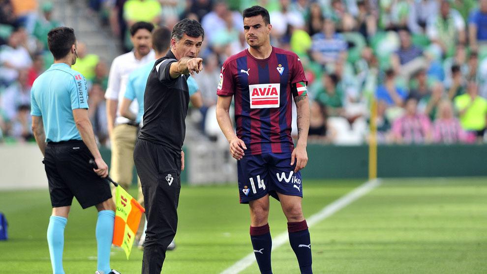 Dani García recibe las órdenes de Mendilibar