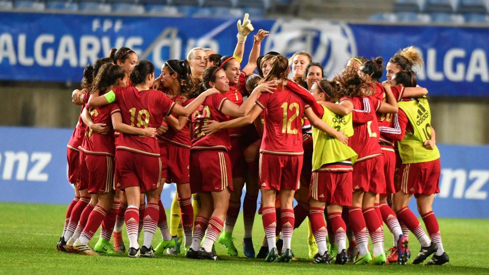 Las jugadoras de la selección española celebran su triunfo en la...