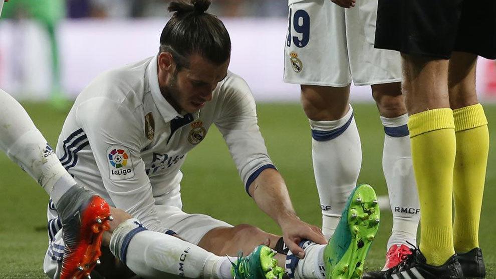 Gareth Bale, en el momento de caer lesionado en el partido contra el...
