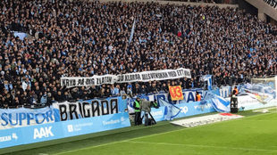 Pancarta de apoyo a Ibrahimovic de los aficionados del Malmoe.