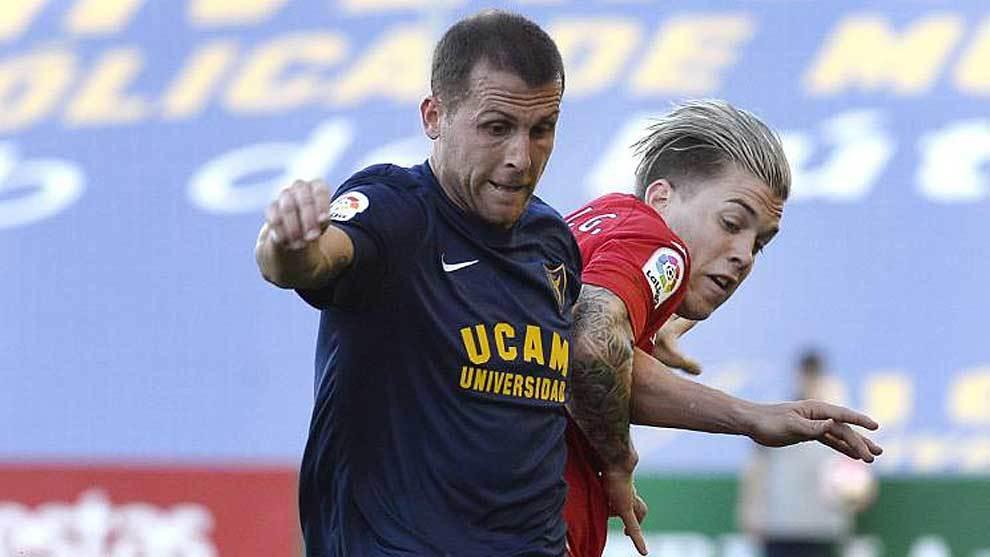 Góngora disputa un balón con Álvaro Jiménez en el partido ante el...