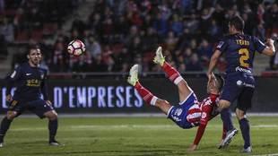 Tekio, ante Borja García, en una acción del partido ante el Girona...