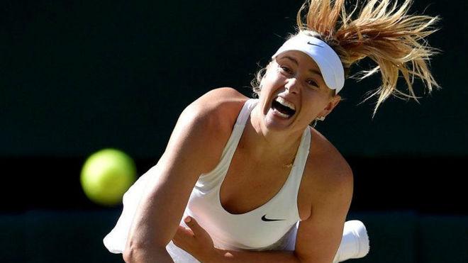 Sharapova sirve en en encuentro de Wimbledon en 2015.
