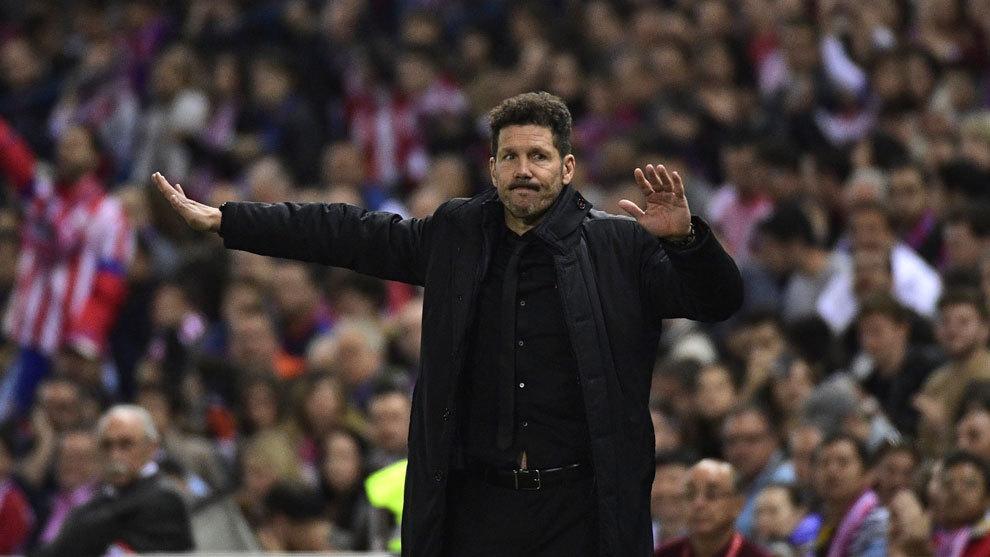 Simeone dando indicaciones a los jugadores durante un partido de Liga