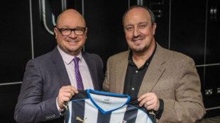 El presidente del Newcastle junto a Rafa Benitez el d�a de la...