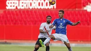 Jorge Sáenz intenta evitar que Ivi controle el balón en el partido...