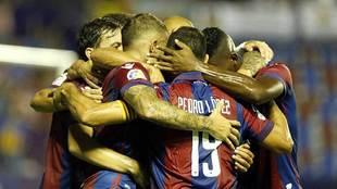 Los jugadores del Levante forman una piña tras uno de los 49 goles...