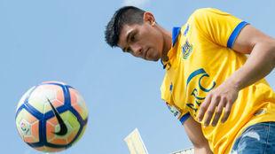 Fede Vega dando toques a un balón.