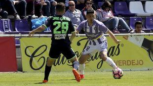 Espinoza trata de irse de Javi Galán, del Córdoba.