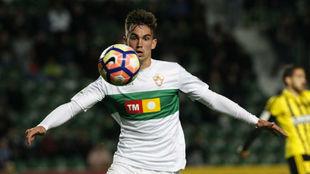Fabián controla un balón durante un partido con el Elche.