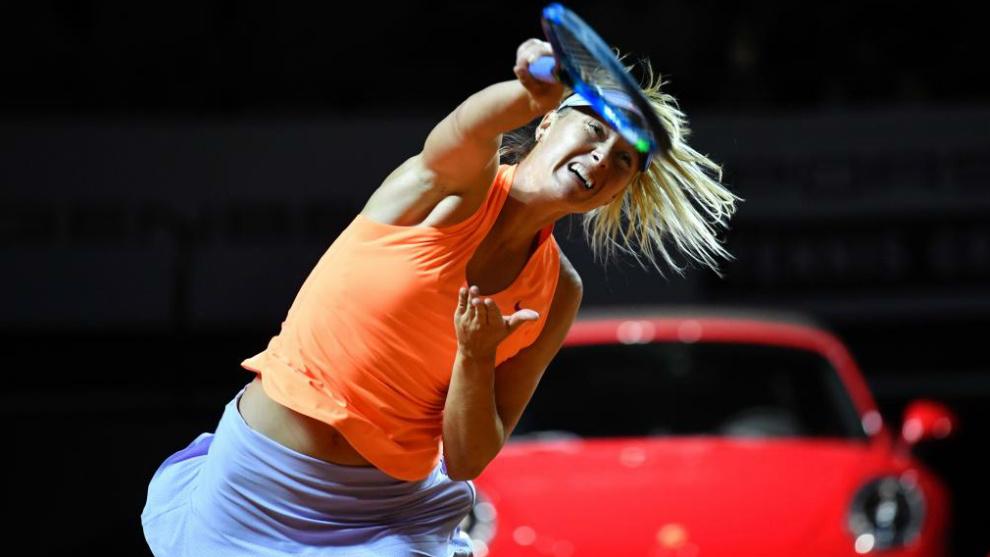 Uno de los primeros golpes de María Sharapova en su primer partido...
