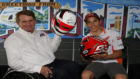 Wayne Rainey y Marc Márquez posan con los cascos firmados por cada...