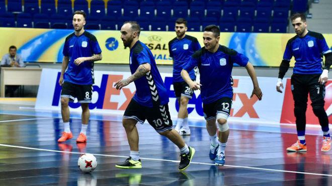 Ricardinho conduce el balón durante el entrenamiento en Almaty.