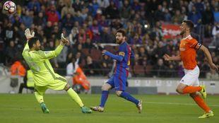 Leo Messi en la acción del 1-0 ante Osasuna