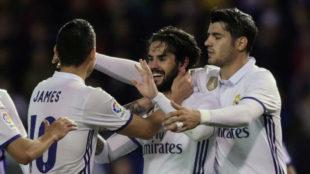 Isco celebra su gol junto a James y Morata en Riazor