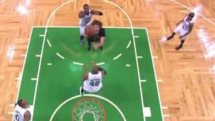 Robin López (Bulls) manda el balón por encima del tablero en una...