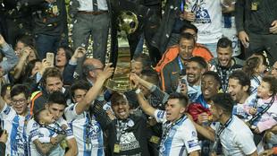 Pachuca levanta el trofeo de la Concachampions.
