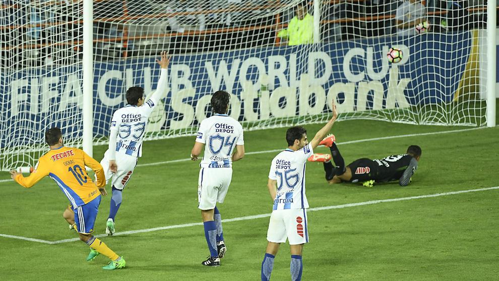 Gignac dio el susto a Tuzos con su gol en fuera de lugar.