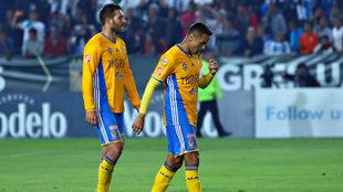 Los jugadores de Tigres se lamentan tras la derrota.