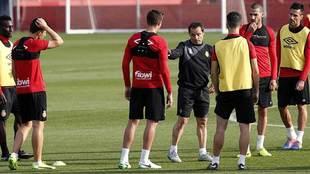Sergi Barjuán se dirige a sus jugadores durante un entrenamiento...