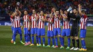 Los jugadores del Atlético, aplaudiendo a la afición tras el partido