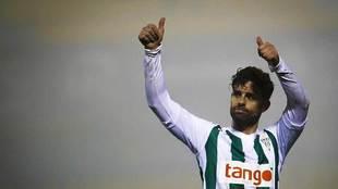 Rodri saluda a la afición del Córdoba durante el partido de Copa en...