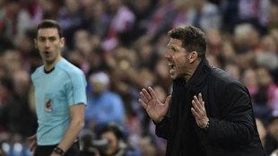 Simeone dando indicaciones a sus jugadores durante un partido