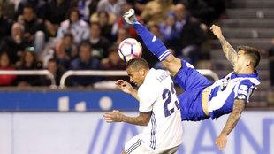 Joselu intenta un remate de chilena ante Danilo