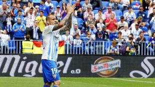 Sandro (21) aplaude a la afición del Málaga tras un partido en La...