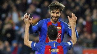 André Gomes celebra un gol con Busquets