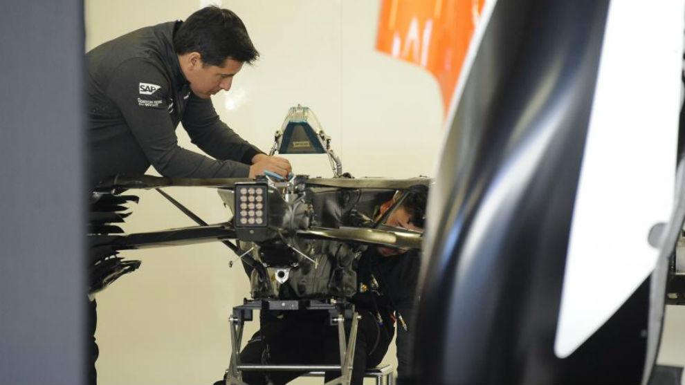 Mecánicos de McLaren, trabajando en el montaje del MCL32 en Rusia.