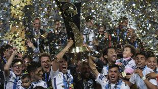 Los jugadores de Pachuca levantan el título de campeón de la Liga de...