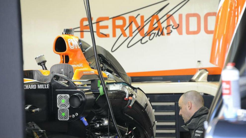 El MCL32 de Alonso, en los boxes de Sochi
