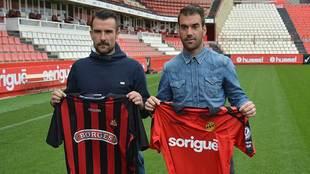 López Garai y Reina posaron juntos en el césped del Nou Estadi antes...