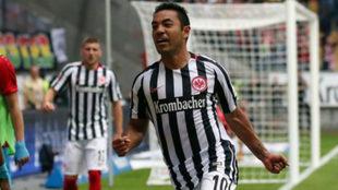 Marco Fabián celebra un gol anotado con el Eintracht.