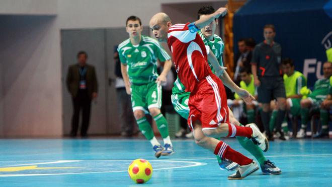 Cacau y Ortiz disputan un balón durante el Inter-Kairat de la 2008-98