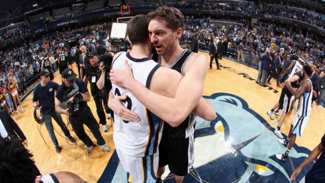 Pau Gasol abrazando a Marc tras eliminar los Spurs a los Grizzlies