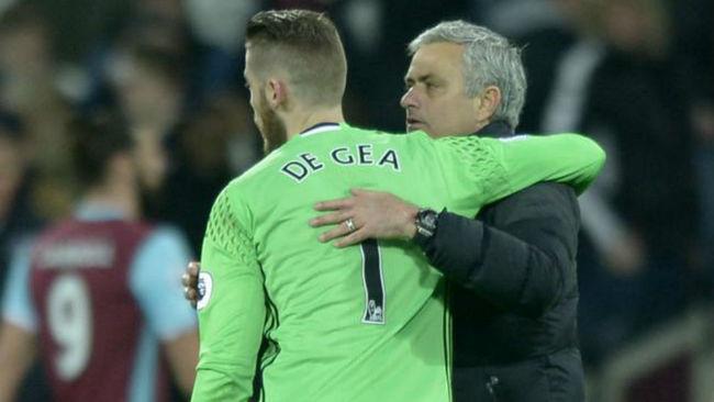 Mourinho abraza a De Gea tras un partido del United