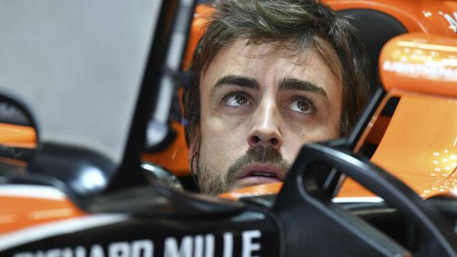 Fernando Alonso, subido a su McLaren en el Circuito del Parque...
