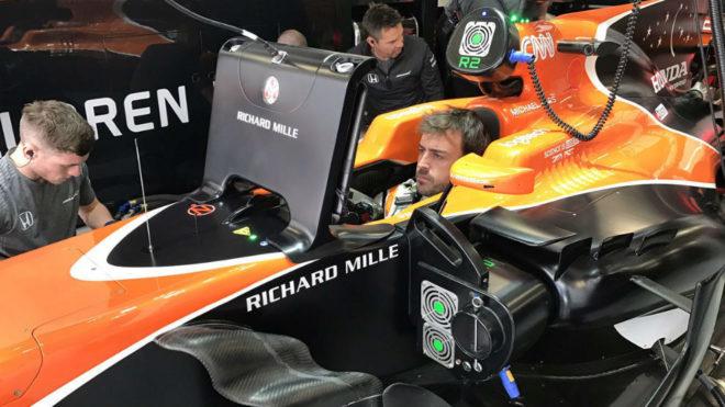 Fernando Alonso estudia la telemetría montado en su McLaren.