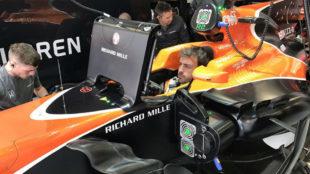 Fernando Alonso estudia la telemetr�a montado en su McLaren.