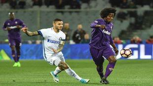 Sánchez dominma el balón ante Icardi en un Inter-Fiorentina.