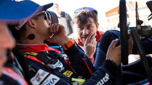 Dani Sordo habla con si ingeniero, durante la etapa de hoy.