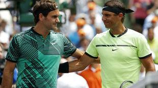 Roger Federer y Rafael Nadal se saludan tras un partido.