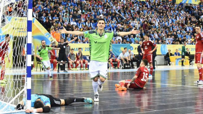 Ortiz celebra el gol de la victoria ante la decepción de Higuita.