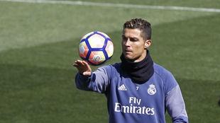 Cristiano juega con el balón en la última sesión antes del partido...